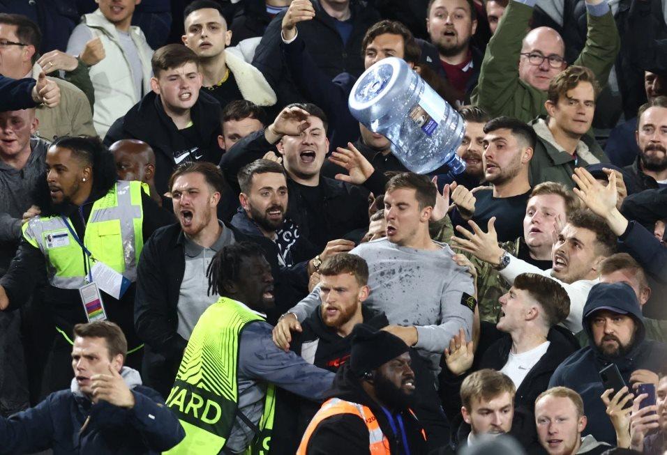 На матче Вест Хэма и Рапида произошла потасовка между фанатами