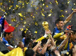 Бомбические фото празднования сборной Франции на ЧМ-2018 под дождем
