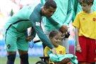 Роналду подарил куртку девочке в инвалидной коляске
