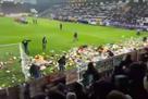 Фанаты забросали поле игрушками, чтобы их подарили детям-инвалидам на Рождество