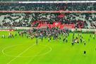 Рассерженные болельщики Лилля вырвались на поле и напали на футболистов
