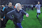 Чемпионат Греции остановлен из-за президента ПАОКа, выбежавшего на поле с пистолетом