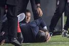 Фанаты Фенербахче разбили голову тренеру Бешикташа, матч пришлось прервать