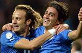 Джилардино поздравляет Аквилани с забитым голом, Getty Images