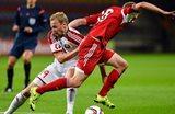 Максим Бородачев (слева) фолит на Лоране Янсе (справа), uefa.com