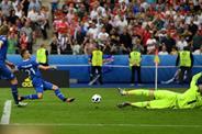 Сборная Исландии забивает победный мяч, uefa.com