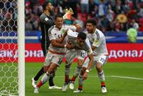 Удар Эктора Морено (№15) в компенсированное время матча принес сборной Мексики ничью, Getty Images