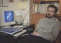 Максим Карий разом із створеним ним гербом київського Арсеналу, фото з архіву героя публікації
