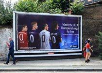 Брендовые футболисты на улицах города, Getty Images
