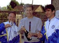 Дэвид Бэтти (слева), Ли Чепмен (в центре) и Эрик Кантона (справа) празднуют завоевание титула в апреле 1992 года, theguardian.com