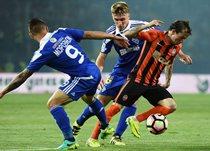 Морозюк и Сидорчук пытаются отобрать мяч у Бернарда. Фото - ua-football.com