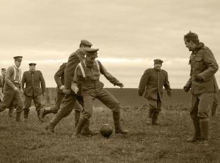 Коли грають у футбол — гармати мовчать