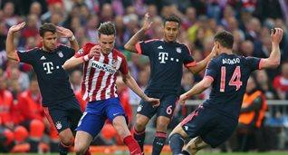 Сауль в окружении соперников, фото uefa.com