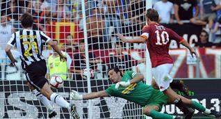 Франческо Тотти забивает гол в ворота Джанлуиджи Буффона, Getty Images
