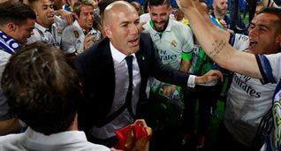 Зинедин Зидан в окружении игроков Реала, Getty Images