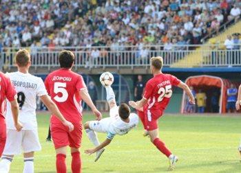 Капитан приазовцев Мишнев не только отличался в подыгрыше, но мог и через себя забивать, фото fcilich.com