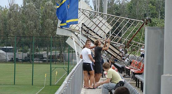 Ветер свалил металлическую конструкцию на стадионе во время матча Шахтер-3 – Сталь, fcstal.com.ua