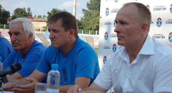 И.Петров (в центре) и вице-президент клуба В.Ходак, fcslavutich.ck.ua