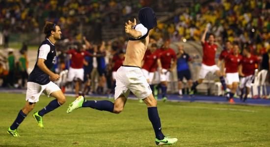 Брэд Эванс празднует победный гол в ворота Ямайки, Getty Images