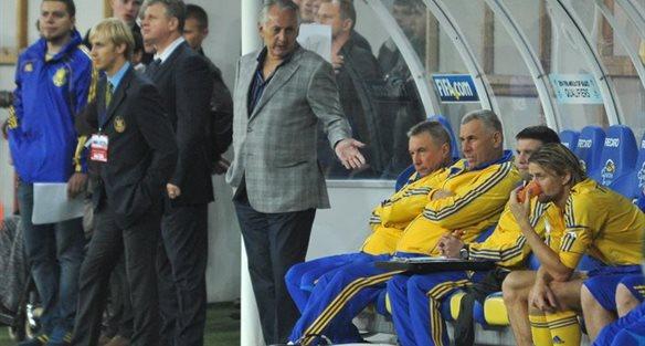 Михаил Фоменко и его тренерский штаб. Фото Маркияна Лысейко, Football.ua