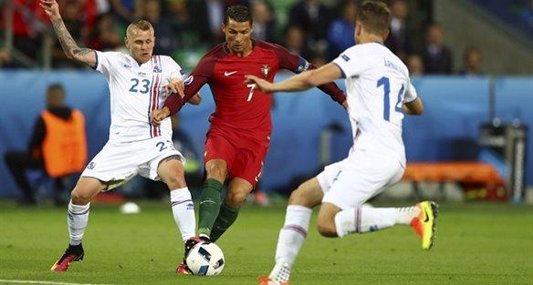Роналду в окружении соперников, фото uefa.com