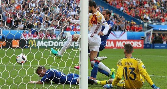 Кьеллини забивает победный гол в матче, getty images