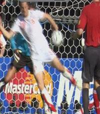Полет мяча в руку Мюллеру