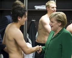 Меркель желает Езилу скорейшего выздоровления, Reuters