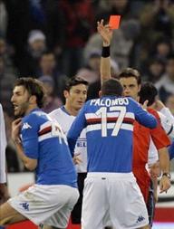 Арбитр матча Риццоли отправляет Дельвеккио восвояси, фото Reuters