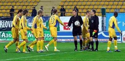 """Игроки """"Металлиста"""" выходят на поле стадиона """"Украина"""". Через две секунды арбитр дает свисток об окончании матча, фото gpu.ua"""