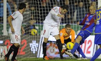Нано (справа) забивает победный мяч, фото Getty Images