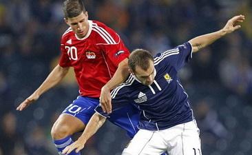 Визер (слева) в матче за сборную Лихтенштейна, фото AFP