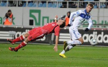 Попытка Симинина удержать Ярмоленко, фото Ильи Хохлова Football.ua