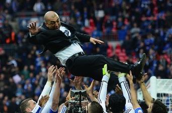 Игроки носят Роберто Ди Маттео на руках, Getty Images