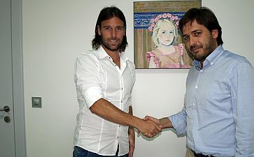 Кавенаги с исполнительным директором клуба Фернандо Роигом Негеролесом, villarrealcf.es