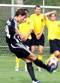 Кравченко бьет со штрафного, фото vorskla.com.ua
