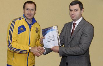 Василий Кардаш получает диплом, ffu.org.ua