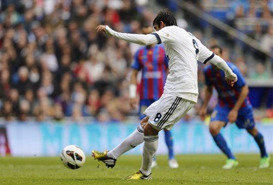 Кака забивает второй мяч, фото Getty Images