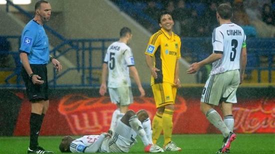 Эдмар в окружении соперников, фото Дмитрия Неймырка, Football.ua