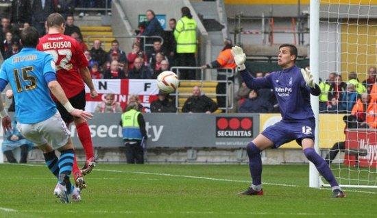 Хельгусон забивает, фото bbc.co.uk