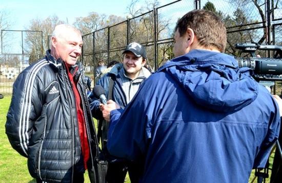 Анатолий Демьяненко дает интервью, фото fcvolyn.net
