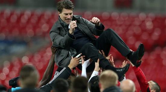 Микаэль Лаудруп после победы в Кубке Лиги, Getty Images