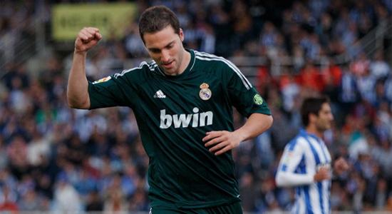 Гонсало Игуаин забивает в ворота Сосьедада, Getty Images