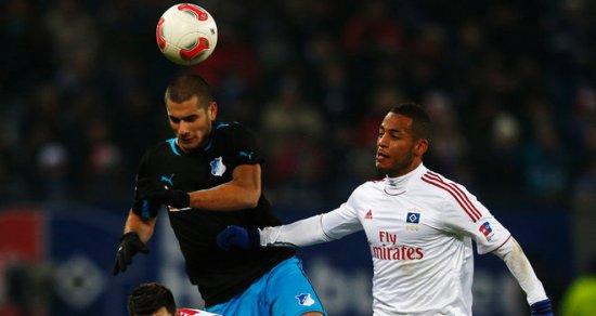 Дердийок (слева) в игре против своего будущего клуба?, фото skysports.com