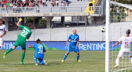 Эмполи забивает в ворота Карпи, фото empolicalcio.net