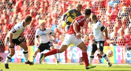 Хоббс забивает победный мяч, фото bbc.co.uk