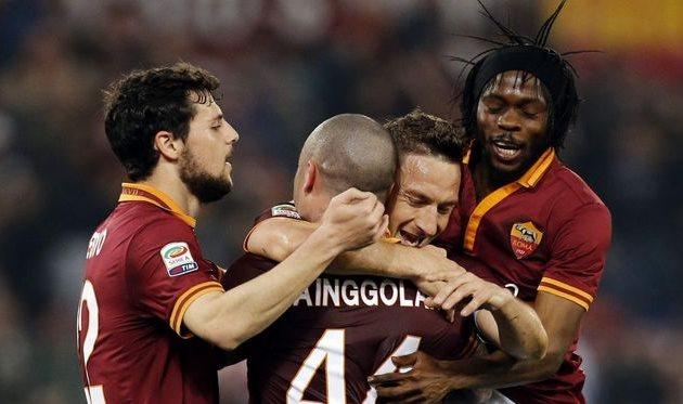 Партнеры по команде поздравляют Тотти с возвращением, фото corrieredellosport.it