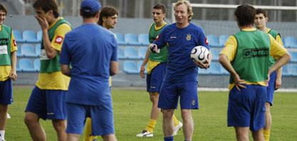 Михайличенко в окружении игроков молодежки, ffu.org.ua