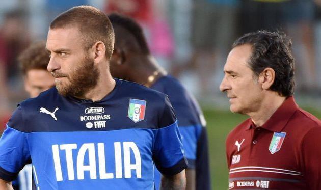 До сих пор карьера Де Росси (слева) ограничивалась двумя командами - Ромой и сборной Италии, corrieredellosport.it