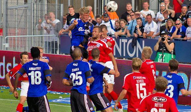 Андреас Корнелиус (выше всех), фото fck.dk